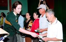 Diễn viên Đoàn Minh Tài  trao tiền, quà cứu trợ người dân miền Trung