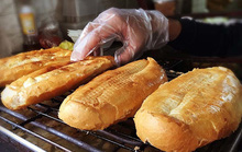 Quán bánh mì nướng muối ớt: Ngày bán 500 chiếc, xếp hàng chờ mua