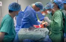 Huy động 15 bác sĩ giỏi cứu 1 người bị đâm thủng bụng