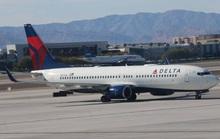 Máy bay đang lăn bánh, 2 hành khách mở cửa phóng ra ngoài