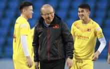 HLV Park Hang-seo cùng 19 tuyển thủ quốc gia tập trước giờ bóng lăn với đàn em U22