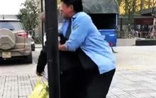 """Ngăn khách lên """"xe buýt dù"""", nam thanh niên bị đánh túi bụi"""