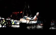 Hạ cánh xuống đường cao tốc, máy bay tông trúng xe hơi