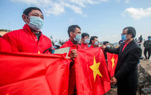 Báo Người Lao Động trao tặng 2.000 lá cờ Tổ quốc cho ngư dân tỉnh Nghệ An