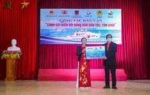 Báo Người Lao Động tặng cờ Tổ quốc tại Nghệ An