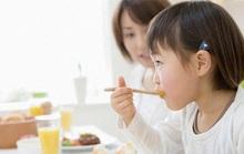 Bé ăn sáng là khó chịu, đầy bụng, vì sao?