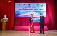 Báo Người Lao Động và Bộ Tư lệnh Cảnh sát biển trao tặng cờ Tổ quốc, quà cho người dân Nghệ An
