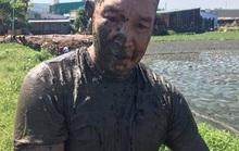 Ôm ma túy lao xuống ao bùn khi bị trinh sát truy đuổi
