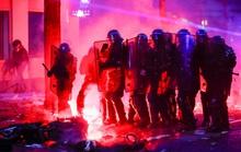 Người biểu tình tấn công cảnh sát Pháp