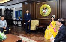 Hiệu trưởng Trường ĐH Kinh tế quốc dân Hà Nội nói gì về bức ảnh chắp tay báo cáo hoa hậu?