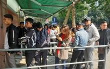 CLIP: Người dân chen nhau làm thủ tục xuất ngoại sau Tết