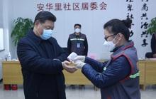 Chủ tịch Trung Quốc Tập Cận Bình đeo khẩu trang đi thăm người dân