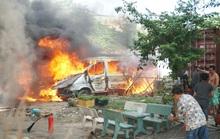 Hai ôtô vô chủ bất ngờ bốc cháy dữ dội trên bãi đất trống