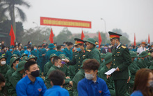 Hàng ngàn thanh niên Thủ đô đeo khẩu trang, đo thân nhiệt trước khi lên đường nhập ngũ