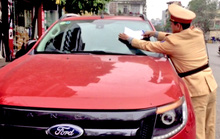 Công an TP Hạ Long dán thông báo vi phạm lên xe đỗ trái phép để phạt nguội