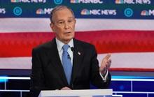 """Tỉ phú Bloomberg bị """"xâu xé"""" trong cuộc tranh luận của đảng Dân chủ"""