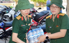 Bộ đội Sóc Trăng mang nước lọc đến cấp miễn phí cho dân vùng hạn mặn