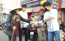Cảm động hình ảnh tiền vệ Trần Minh Vương ra đường phát khẩu trang miễn phí ở Pleiku
