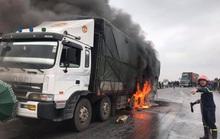 Xe tải đang chạy bỗng bốc cháy ngùn ngụt, quốc lộ 1A ùn tắc kéo dài