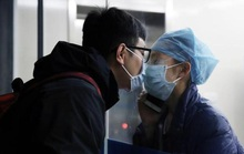 Giữa đại dịch virus corona, nữ y tá hôn bạn trai qua tấm kính cách ly