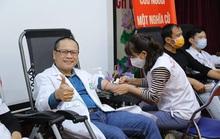 Hàng ngàn người dân và nhân viên y tế hiến máu ứng cứu kho máu đang cạn kiệt