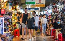 TP HCM: Nhiều du khách miệng trần vô tư đi lại giữa chốn đông người