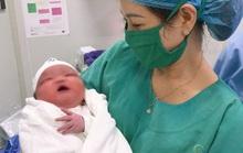 Bác sĩ bất ngờ đón bé sơ sinh nặng 6,1 kg chào đời
