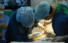 Bác sĩ đến khu cách ly cắt chỉ, rửa vết thương cho cô gái phẫu thuật về từ Hàn Quốc