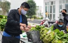 CLIP: Cận cảnh tiếp tế thực phẩm cho khu chung cư 1.000 dân có vợ chồng dương tính với SARS-CoV-2