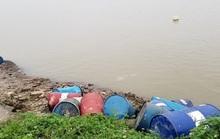 Bắt đối tượng không bán được, đổ trộm hơn 3 tấn chất thải nguy hại xuống sông Hồng