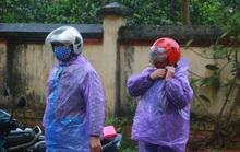 CLIP: Ngày đầu hết cách ly, người dân xã Sơn Lôi đội mưa xin giấy thông hành để đi làm việc