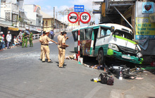 Xe bus mất lái khi xuống dốc cầu, 2 người chết, nhiều người bị thương