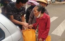 Hai người đàn ôngchạy vòng vòng phát gạo cho người bán vé số