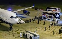 Úc nín thở đón máy bay chở đầy người nhiễm Covid-19 về nước