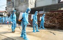 CLIP: Cận cảnh lập 10 chốt, phun khử khuẩn nơi bệnh nhân Covid-19 số 266 sinh sống
