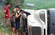 Xe container bất ngờ bị lật, tài xế tử vong ngay trong cabin
