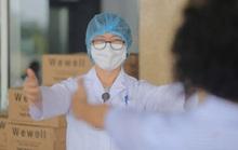 CLIP: Nữ phóng viên mắc Covid-19 xúc động cảm ơn y bác sĩ trong ngày ra viện