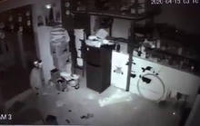 CLIP: Kẻ trộm đột nhập vào quán trà sữa mùa Covid-19 nhưng lực bất tòng tâm