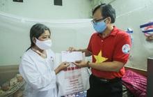 Trao tặng quà của bạn đọc Báo Người Lao Động cho bệnh nhân xóm chạy thận tại Hà Nội