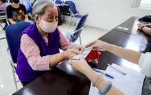 Người dân Hà Nội phấn khởi nhận tiền hỗ trợ từ gói 62.000 tỉ đồng