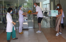 VIDEO: Bệnh nhân Covid-19 ở Quảng Nam xuất viện, cúi chào tặng hoa cho bác sĩ
