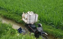 Người đàn ông tử vong cạnh chiếc xe máy chở vịt dưới mương nước