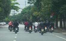 Bất chấp lệnh cấm, nhóm nam nữ thanh, thiếu niên đi xe máy dàn hàng ngang, lạng lách