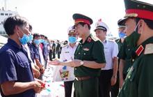 Thứ trưởng Bộ Quốc phòng đón 30 ngư dân gặp nạn trên biển trở về