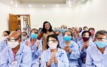 NSND Kim Cương vận động mổ mắt nhân đạo, tặng thùng đựng nước cho người nghèo