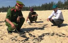 Hơn 1 km bờ biển Quảng Ngãi xuất hiện chất lạ