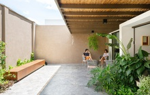 Ngôi nhà có sân sau khắc phục sự bức bối nơi phố thị