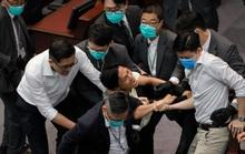 Hồng Kông: Các nghị sĩ ẩu đả như ngoài chợ