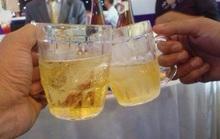 Đâm chai bia vào mặt bạn nhậu vì bị ép phải bắt tay