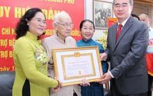 Bí thư Nguyễn Thiện Nhân trao huy hiệu 85 năm tuổi Đảng cho bà Ngô Thị Huệ